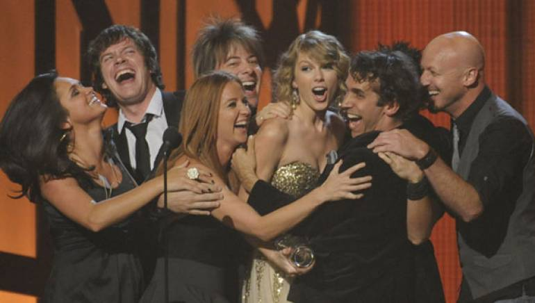 Taylor Swift celebrates her Entertainer of the Year win at the 2009 CMA Awards in Nashville.
