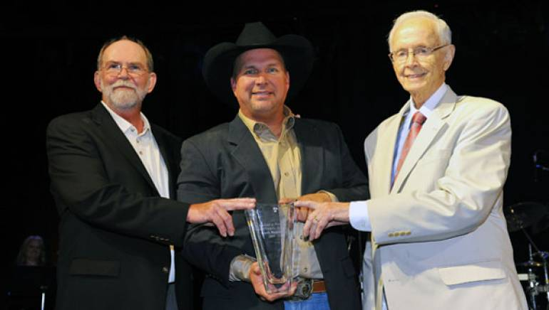 Allen Reynolds, Garth Brooks and Jim Foglesong each receive the Leadership Music Dale Franklin Award on Sunday, August 23 in Nashville.